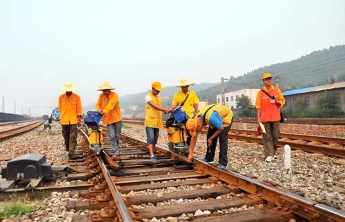 烈日下的钢轨探伤工:晴天一身灰,雨天一身湿,全天一身汗